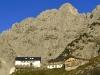 AUT, 2010-09-21, Bergefeatures Ellmauer Halt (2.344 Meter), hochster Berg des Wilden Kaisers (Nordliche Kalkalpen) im Gebiet Ellmau; im Bild (v.l.n.r.): Die Gruttenhutte am Fu?e der Ellmauer Halt; Foto: Roland Muhlanger
