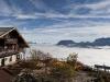 AUT, 2010-10-08, Herbstfeature Blick vom Kufsteiner Hausberg Pendling ins nebelbedeckte Inntal; im Bild (v.l.n.r.): Das Pendlinghaus auf 1.565 Metern Seehohe, dahinter das nebelbedeckte Inntal; Foto: Roland Muhlanger